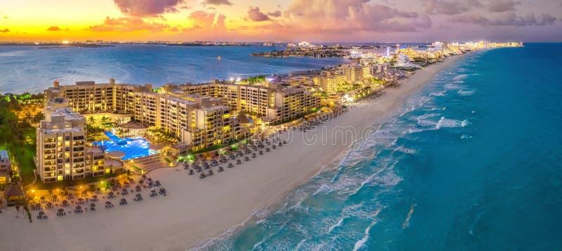 Пляж Cancun во время захода солнца стоковое фото rf