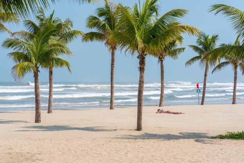 Пляж Da Nang с кокосовыми пальмами и женщиной стоковая фотография