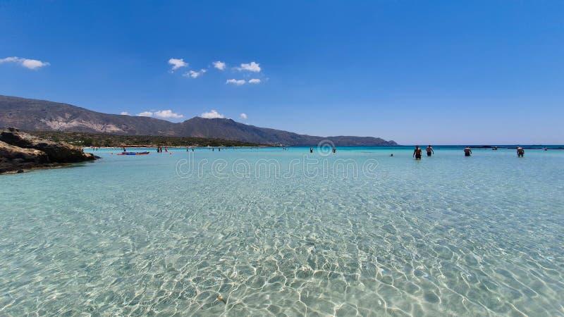 Пляж Elafonisi с кристально ясной водой и розовым песком на Крите, Греции стоковые изображения
