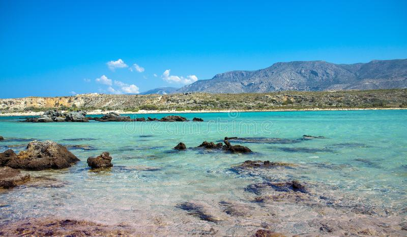 Пляж Elafonisi с розовым песком на Крите, Греции стоковые фотографии rf
