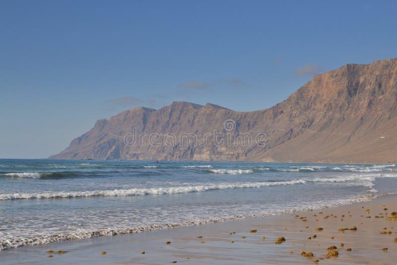 Пляж Famara в Лансароте стоковая фотография rf