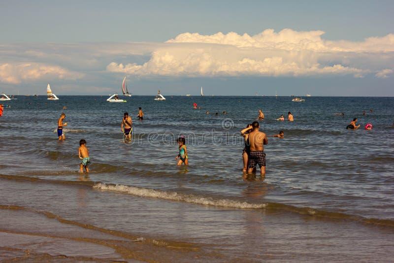 Пляж Jesolo вполне туристов и шлюпок туризм один из движущих факторов великолепного городка стоковое изображение