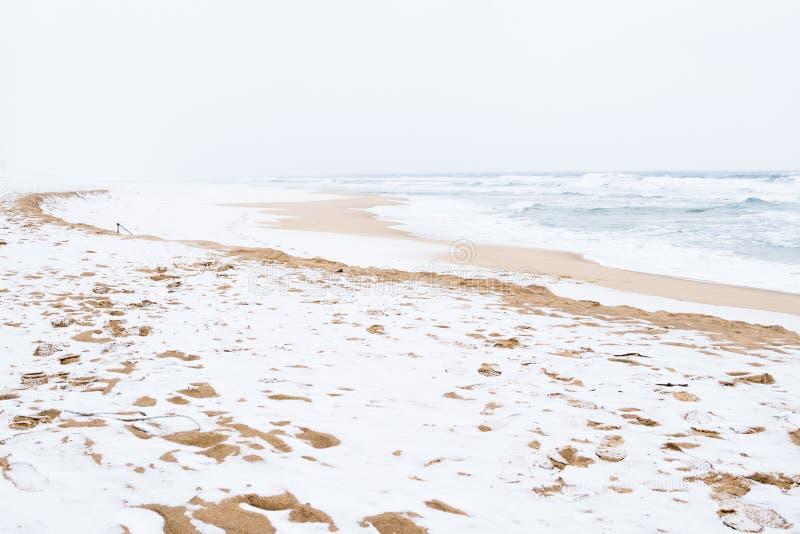 Пляж Jumunjin с снегом на зиме в Gangneung, Корее стоковые фото