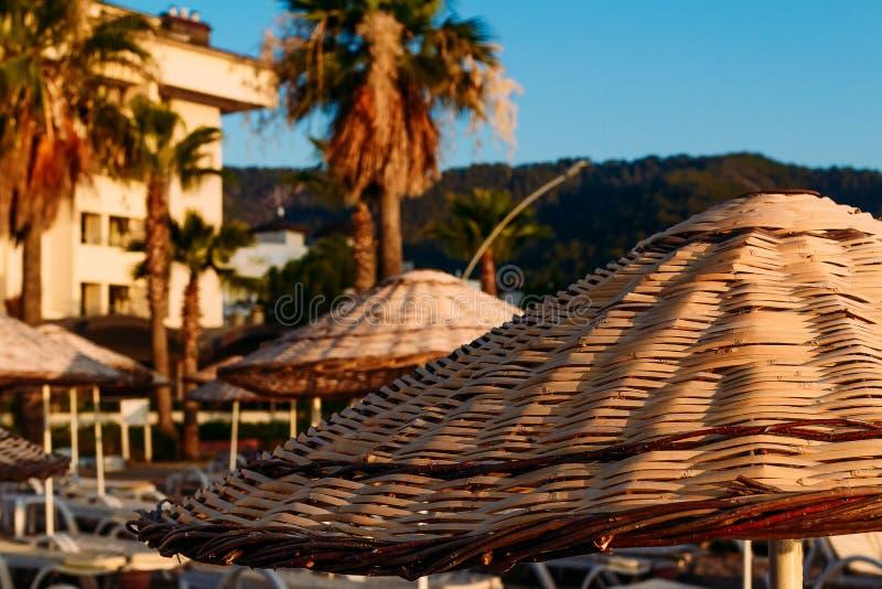 Пляж Marmaris, зонтики соломы стоковая фотография rf
