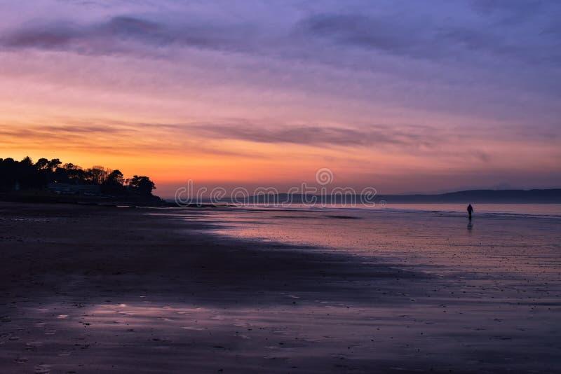 Пляж Niarn на заходе солнца стоковые фотографии rf