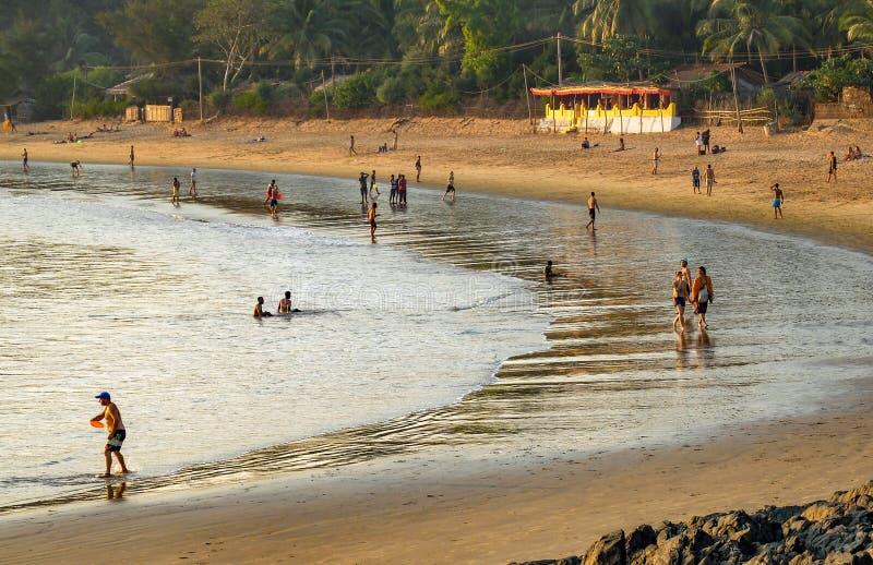 ПЛЯЖ OM, GOKARNA, KARNATAKA/INDIA-FEBUARY 2-ое, 2018: Заходящее солнце закрепляет холм утесов стоковое фото