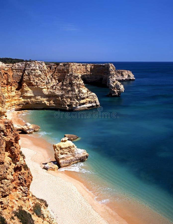 Пляж, Praia da Marinha, Португалия. стоковое изображение rf