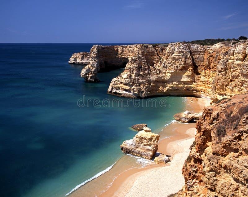 Пляж, Praia da Marinha, Португалия. стоковая фотография rf