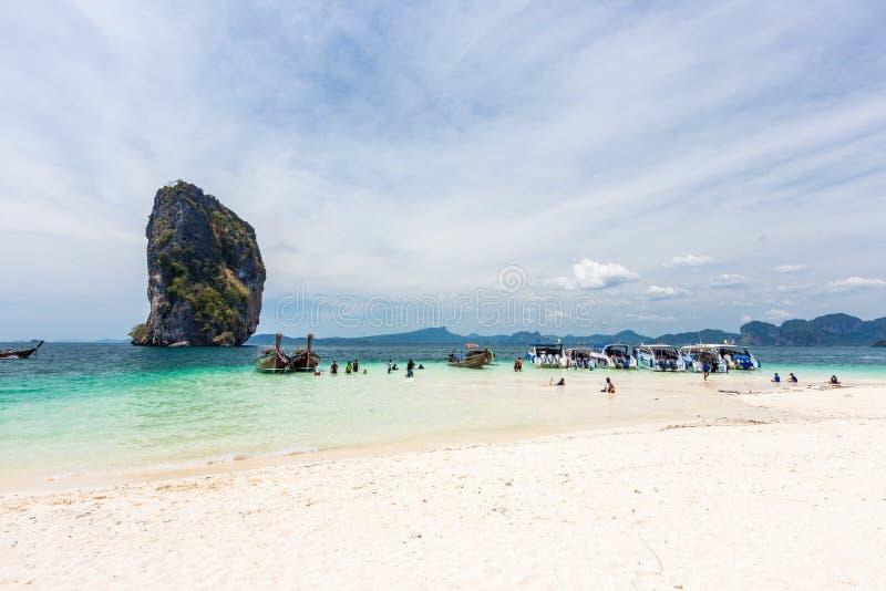 Пляж Railay и туристские шлюпки в Krabi, Таиланде в красивом дне стоковое изображение rf