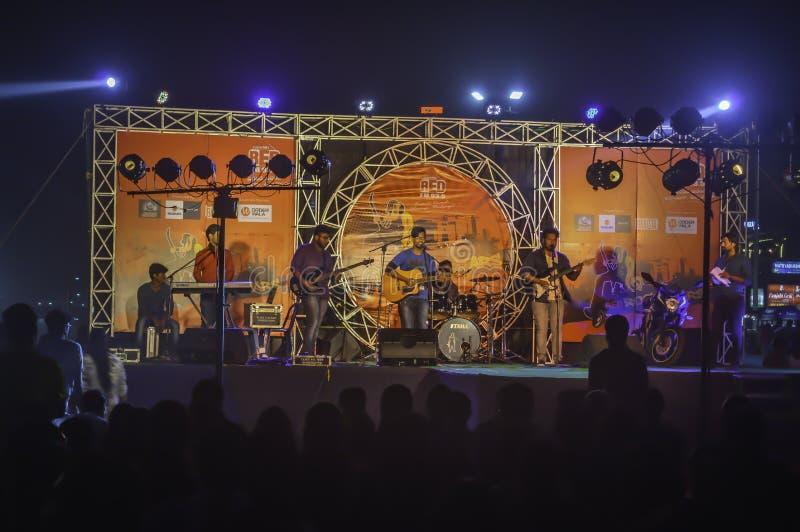 ПЛЯЖ RAMAKRISHNA, VISHAKHAPATNAM/ИНДИЯ - 31-ОЕ ДЕКАБРЯ 2017: Представление в реальном маштабе времени на этапе во время известног стоковое изображение