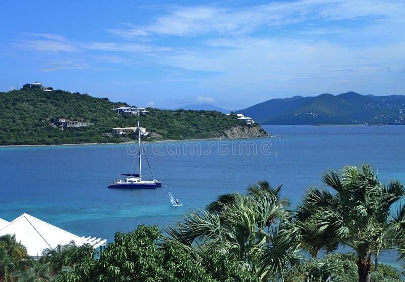 Пляж St. Thomas в острове девственницы США с красивым голубым небом, ярким открытым морем стоковое фото rf
