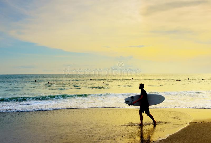 Пляж surfboard серфера идя тропический стоковое фото rf