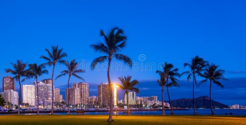 Пляж Waikiki на сумраке стоковое фото