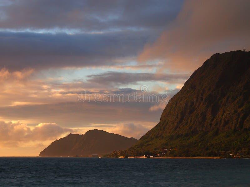 Пляж Waimanalo, залив, и пункт Makapuu с Makapu& x27; маяк u видимый на горе cliffside на наветренном побережье на зоре стоковая фотография rf