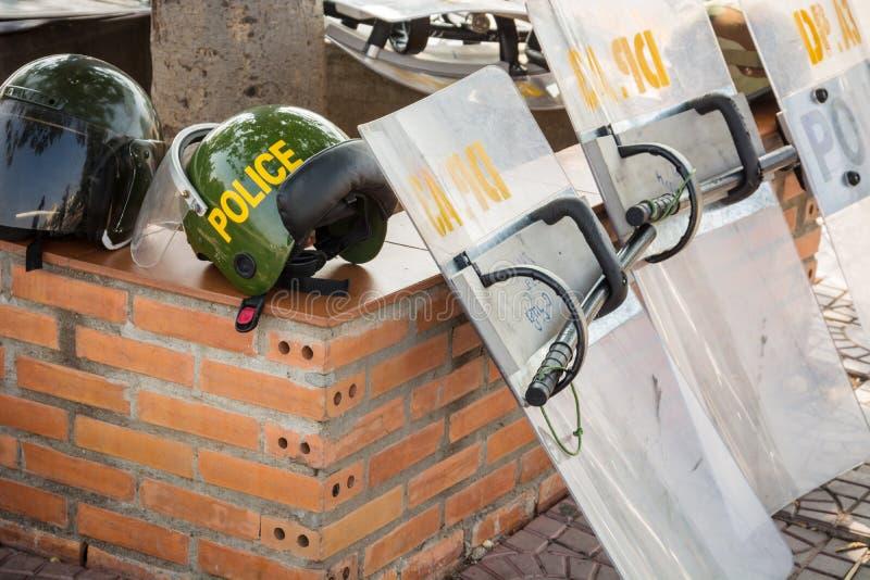 ПНОМПЕНЬ, КАМБОДЖА - 29-ОЕ ДЕКАБРЯ 2013: Камбоджийские шлемы полиции, sh стоковое изображение