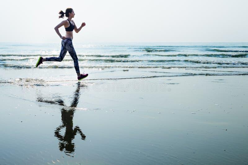 Побегите спринт спорта песка моря ослабьте концепцию пляжа тренировки стоковое фото rf