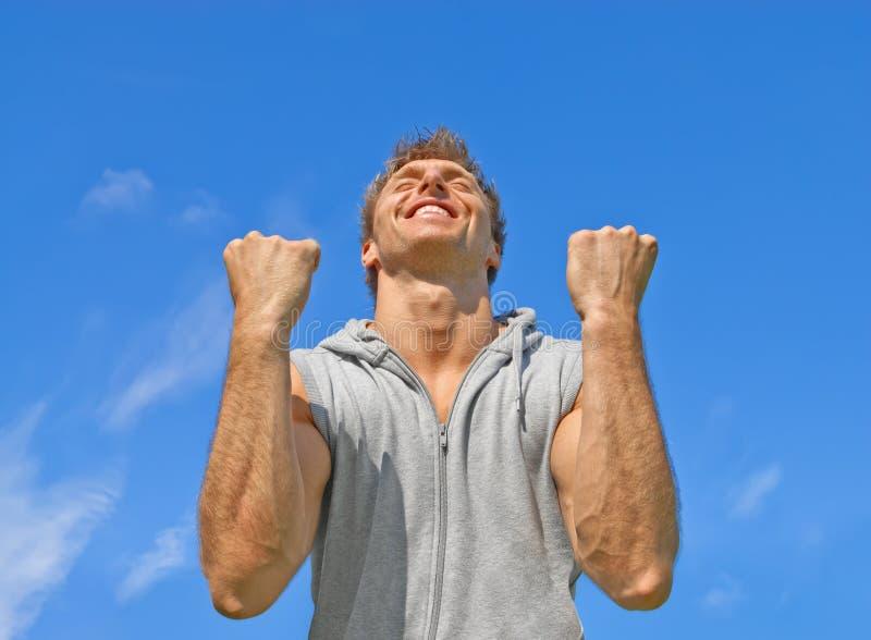 Победитель, счастливый напористый молодой человек стоковые фотографии rf