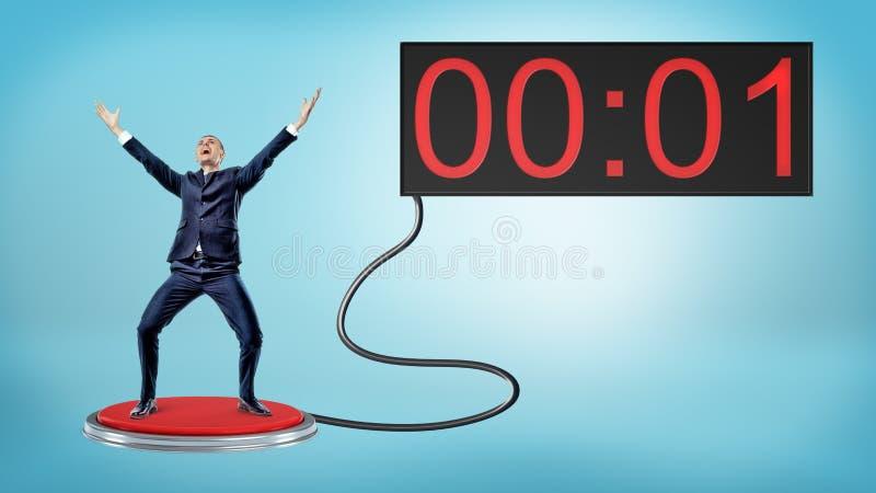Победоносный бизнесмен на большой красной кнопке соединился к экрану при одно оставаясь во-вторых стоковое изображение