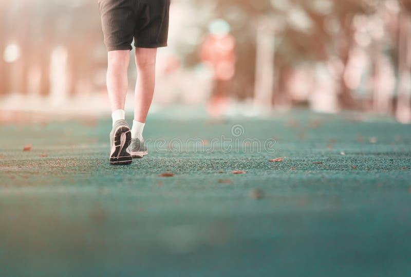 Побежали jogging тренировка для здоровья теряет концепцию веса на общественном парке следа резиновом Винтажный тон стоковое изображение rf