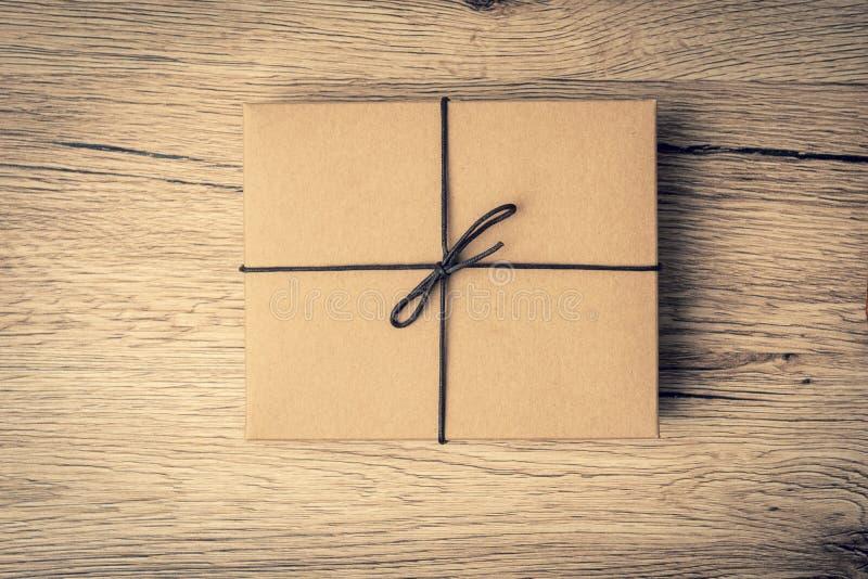 Побежка подарочной коробки Брайна на древесине стоковая фотография rf