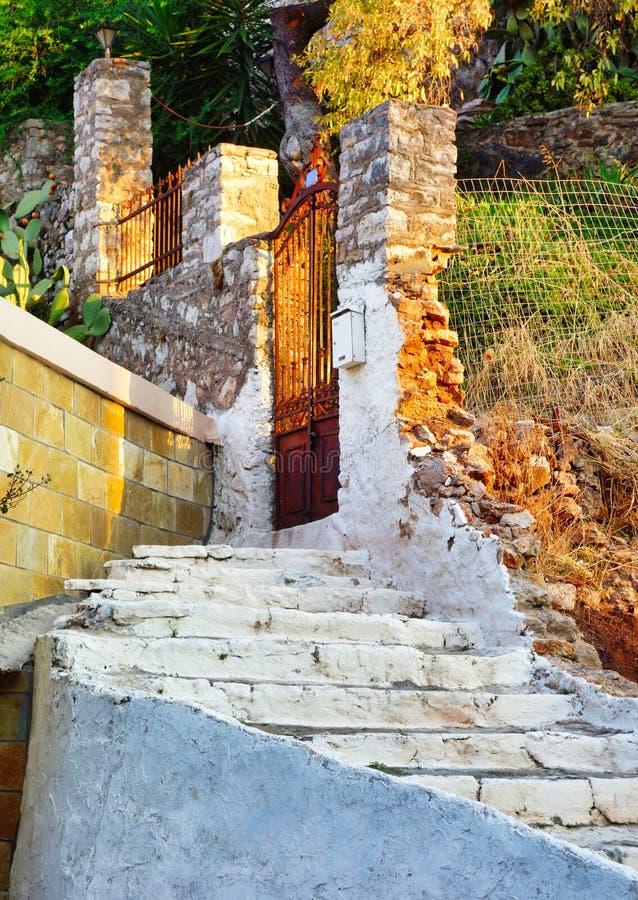 Побеленные шаги к сокрушенному дому, Греции стоковые фотографии rf