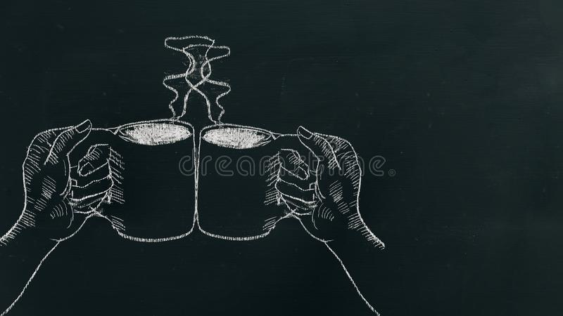 Побелите руку мелом рисуя 2 руки держа кофейную чашку с паром и приветственными восклицаниями на черной доске около левой стороны стоковые фото