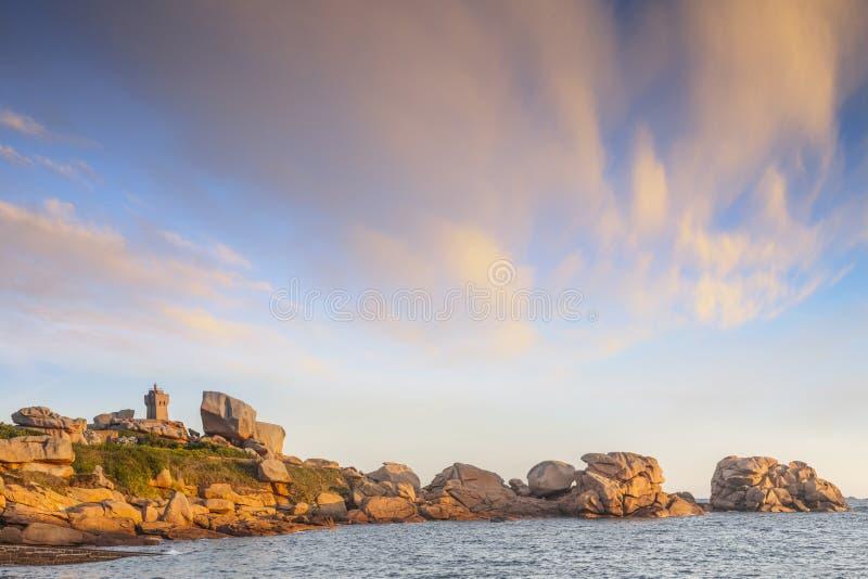 Побережье Бретань Франция гранита пинка маяка Ploumanach стоковое фото rf