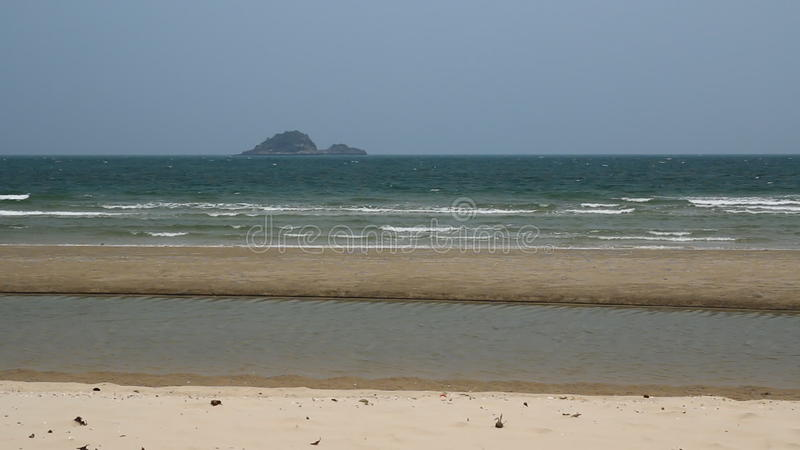 Побережье волны ветреное с тишью на пляже акции видеоматериалы