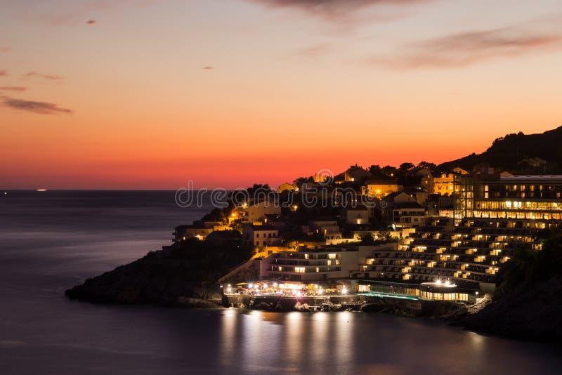 Побережье Дубровника загоренное с оранжевым светом на ноче стоковые изображения
