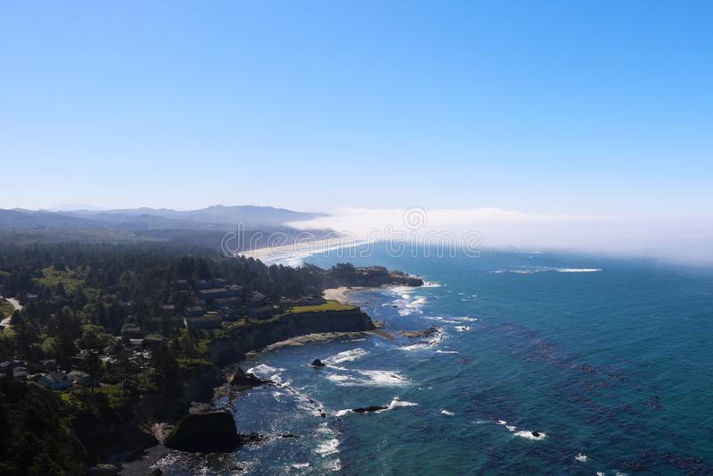 Побережье Калифорния с туманом приходя от Тихого Океана к земле стоковые изображения