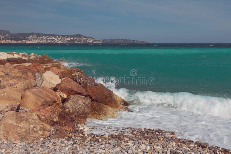 Побережье каменистых и камешка залива моря Славный, Франция стоковые фото