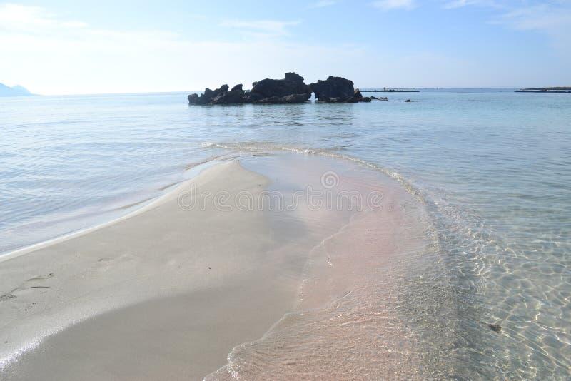 Побережье острова Крита в Греции Песчаный пляж внутри стоковая фотография