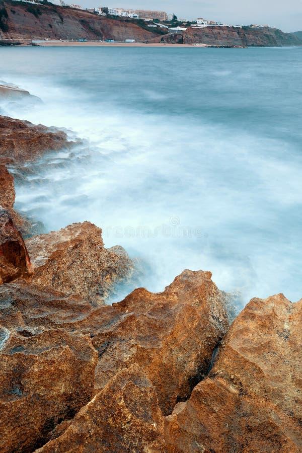 Побережье пляжа Ericeira на дневном свете стоковые изображения