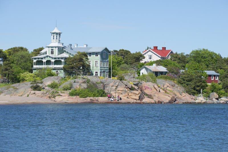 Download Побережье полуострова Hanko на солнечный летний день Финляндия Редакционное Стоковое Фото - изображение насчитывающей люди, финско: 81811703
