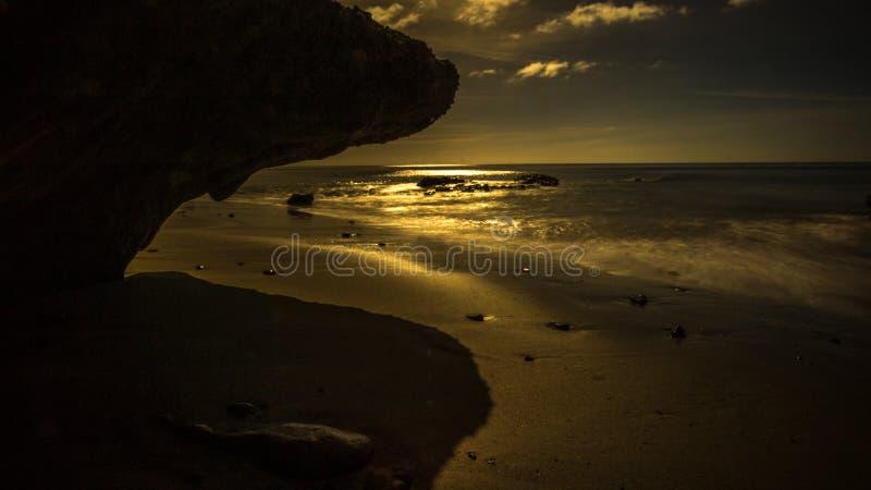 Побережье утеса лавы на заходе солнца дальше стоковые изображения rf