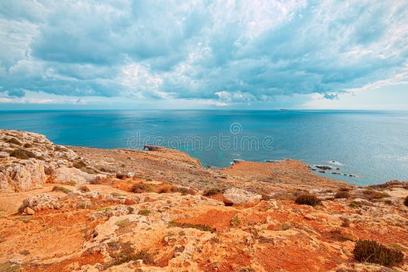 Побережье Mnajdra где megalithic виски Мальты Qrendi возникают стоковые фото