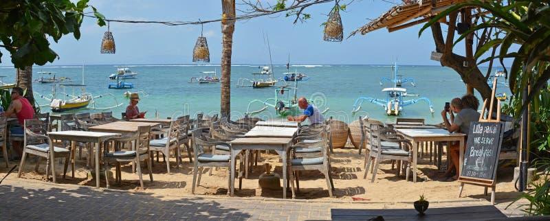 Побережь панорама ресторана на Sanur, Бали Индонезии стоковая фотография rf