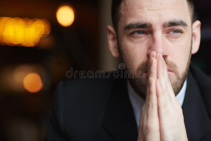 Побеспокоенный бородатый бизнесмен стоковое изображение rf
