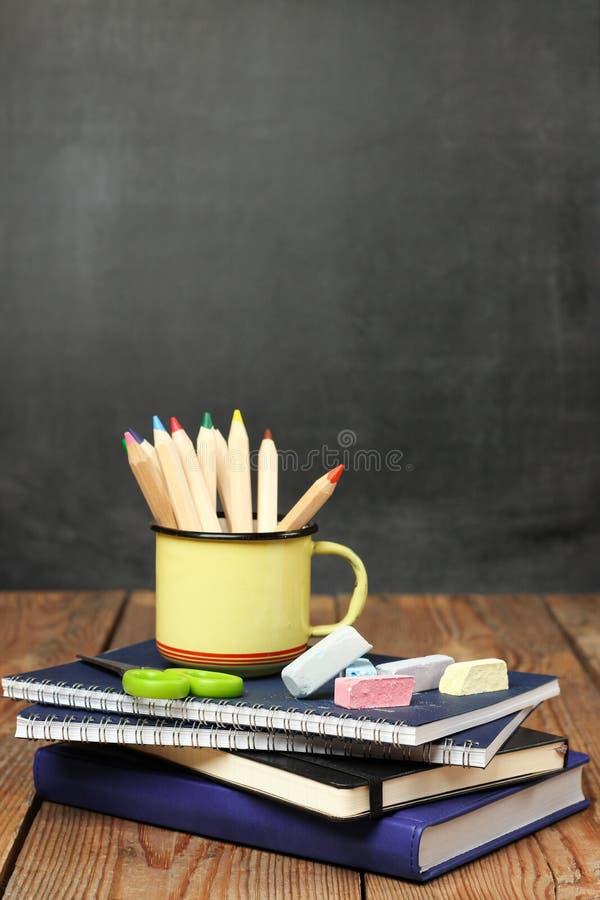 Побелите части, тетради и карандаши мелом в кружке стоковые изображения rf