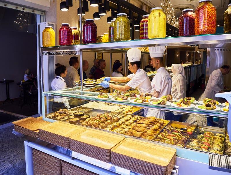 Повара подготавливая блюда в ресторане Стамбула, Турции стоковые изображения