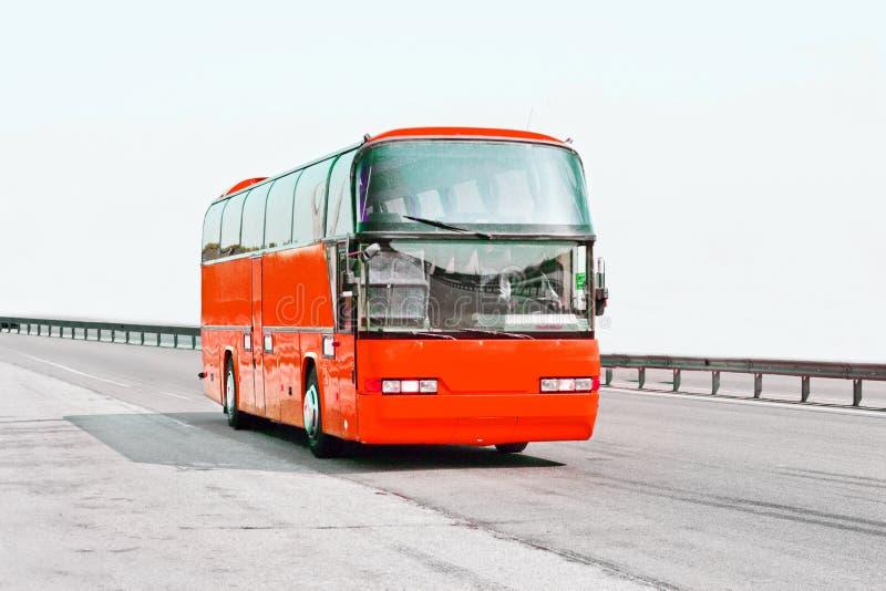 повезите красный цвет на автобусе стоковые фото