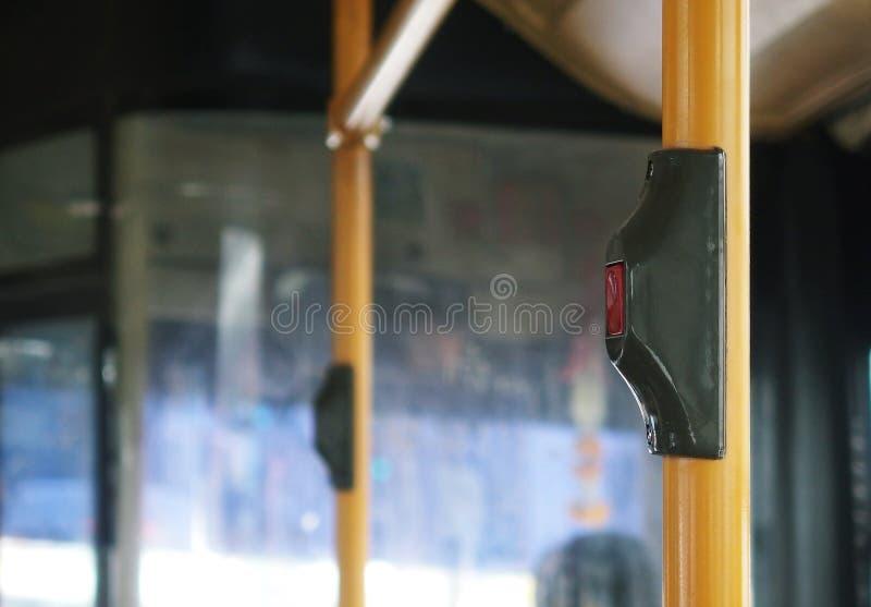 Повезите переключатель на автобусе звенеть электрического звонка ` s сподручный установите на желтую трубу поручня стоковая фотография rf