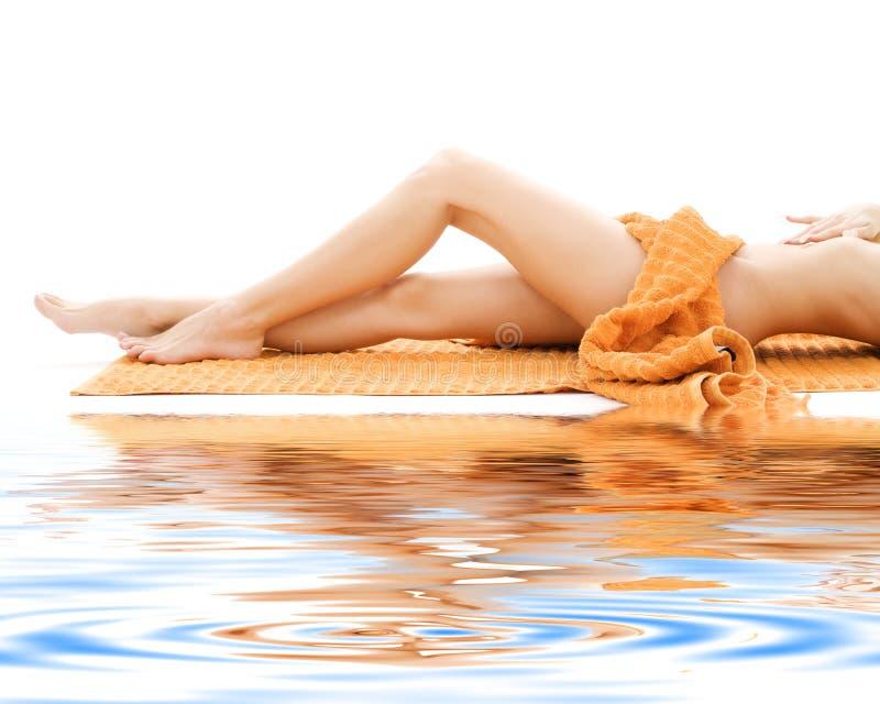 повелительницы ног полотенце длиной померанцовое relaxed стоковая фотография rf