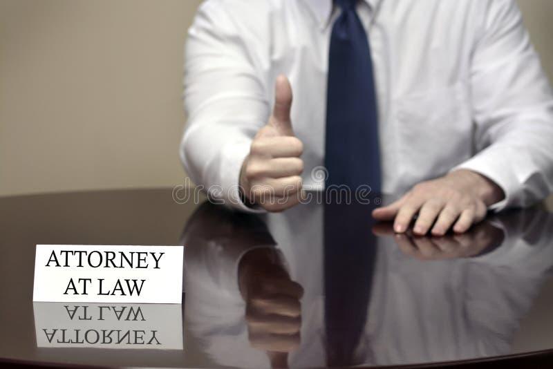 Поверенный в суде с большим пальцем руки вверх стоковое фото