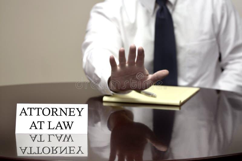 Поверенный в суде с рукой вверх останавливает дело стоковая фотография rf