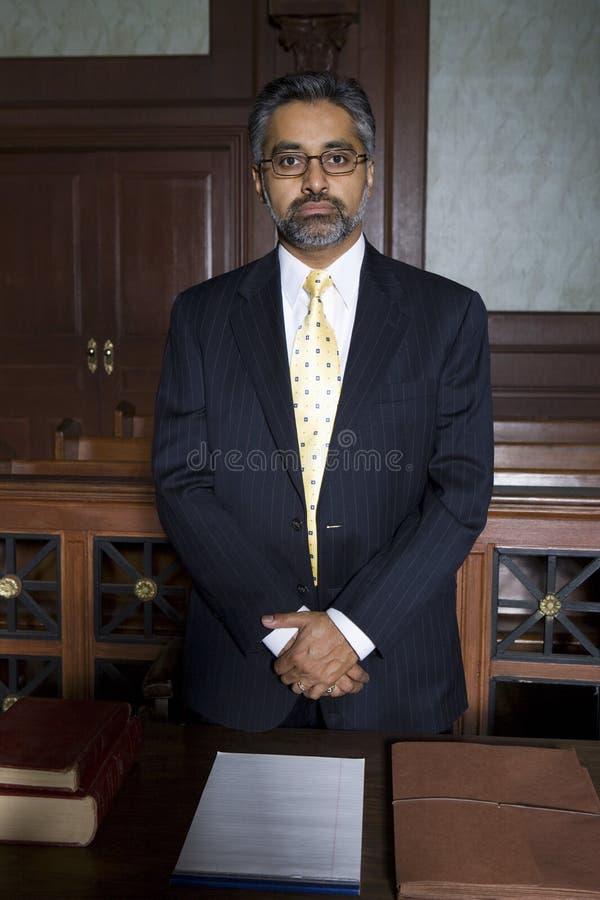 Поверенный стоя в зале судебных заседаний стоковые фотографии rf