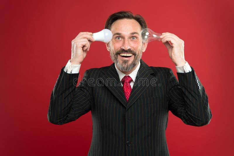 Поверните ваши мозги дальше Энергосбережение Мужчина в обмундировании дела Электричество и энергия Человек с поиском бороды для стоковая фотография rf