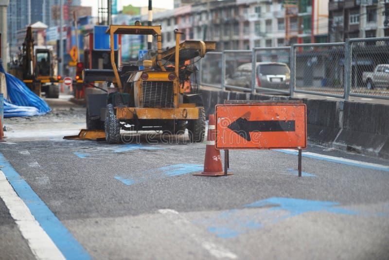 Поверните знак для автомобилей избегите этой дороги ремонта стоковая фотография rf