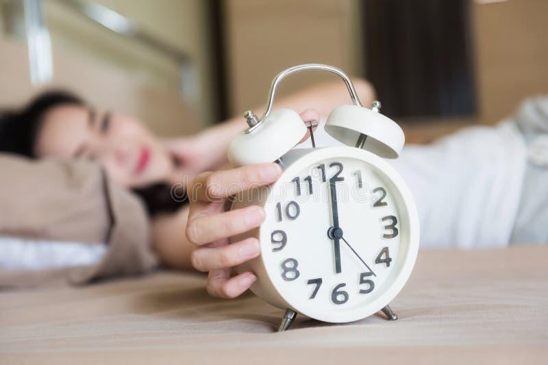 Поверните сигнал тревоги на часы стоковые изображения rf