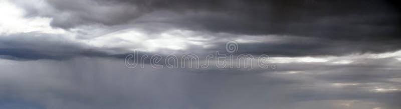 Поверхностный фон штормового неба с облаками стоковые фото